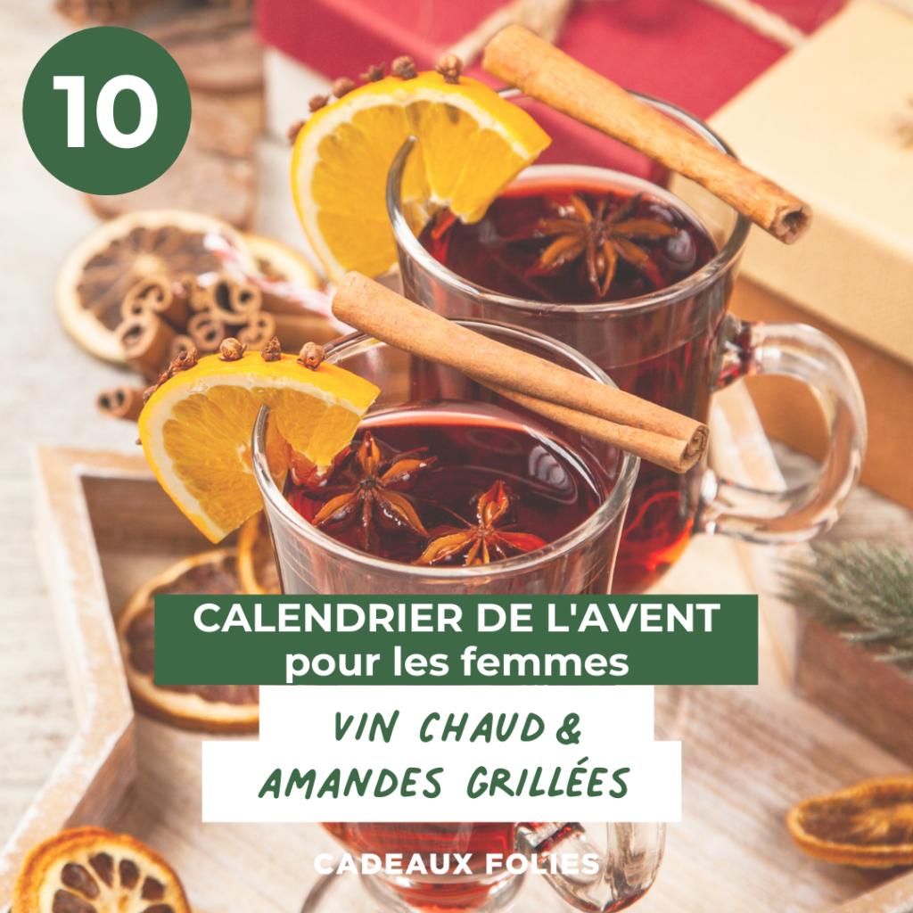 Deux tasses de vin chaud avec des tranches d'oranges séchées