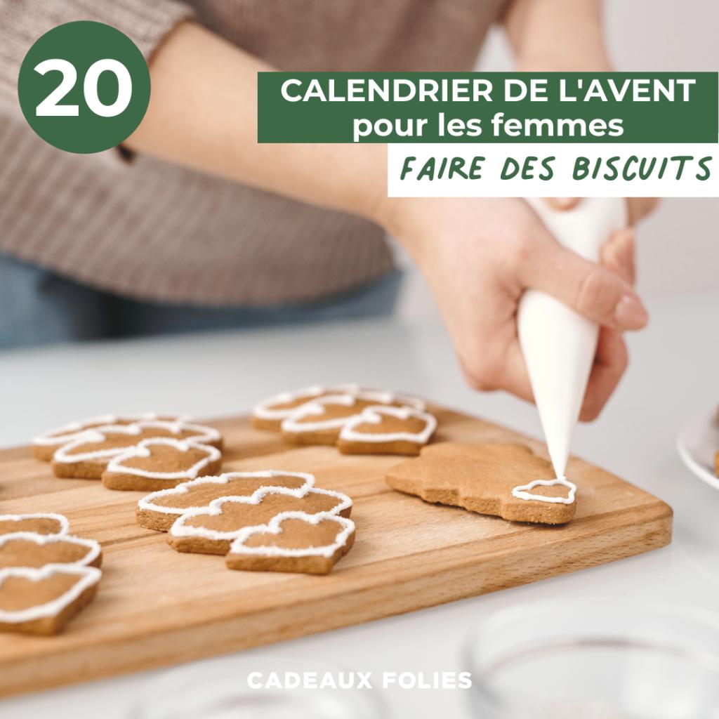 Deux mains qui decorent des biscuits de Noel avec du glaçage blanc