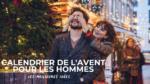 femme qui cachent les yeux d'un homme dans une rue décorée pour Noel