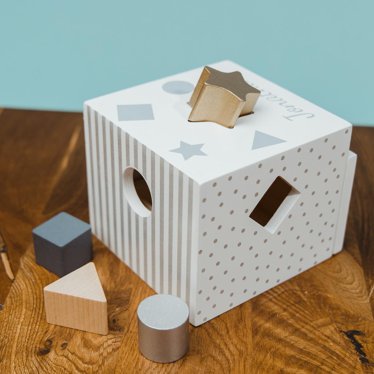 Cube de tri de formes avec texte