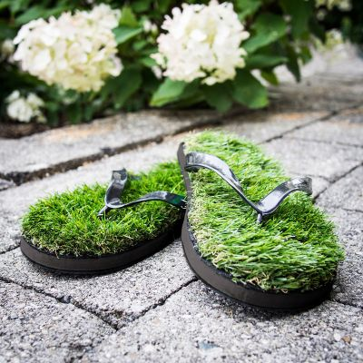 Gadgets d'été - Tongs en fausse herbe